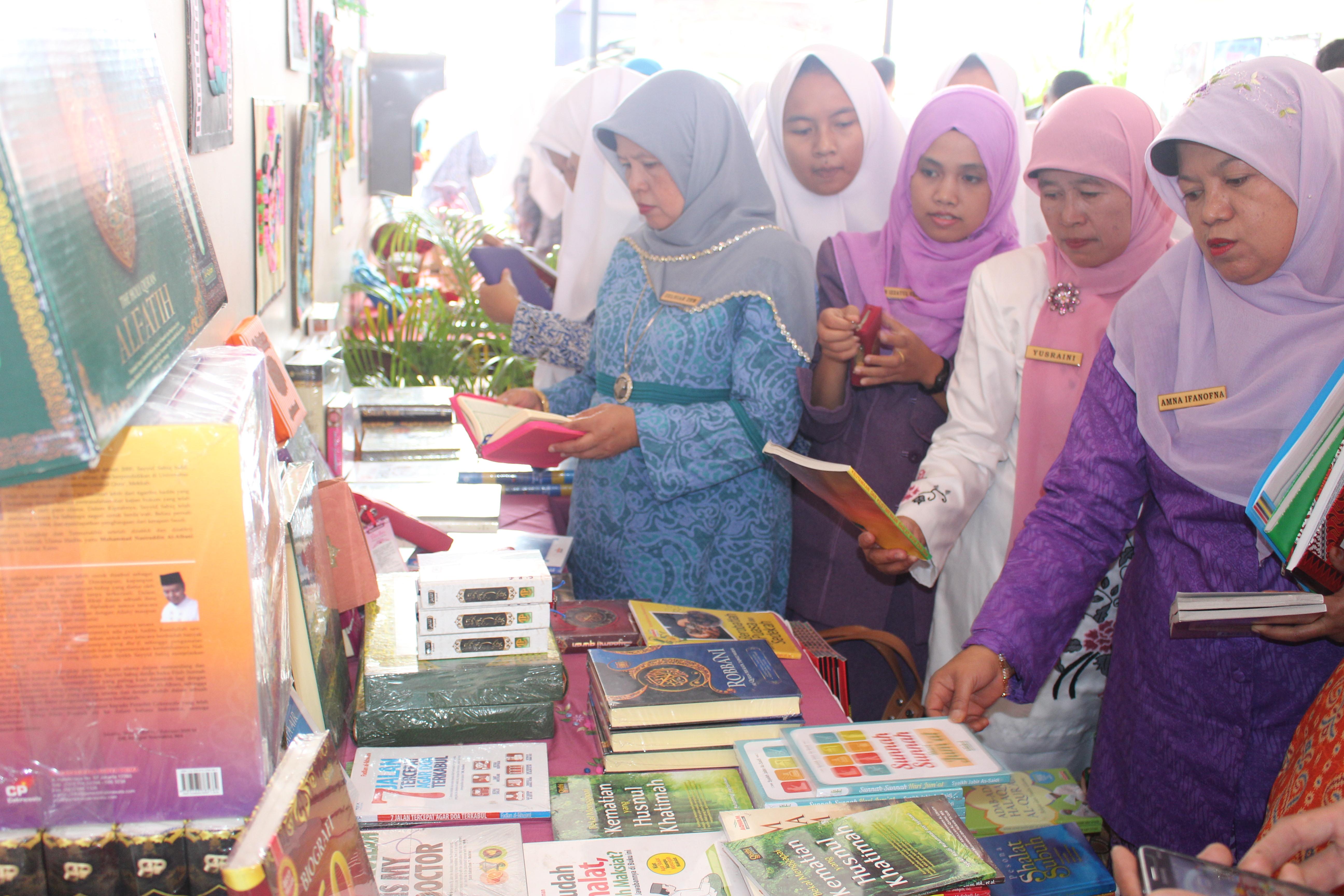 SMAN 1 Ampek Angkek adakan Bazar Buku dan Pameran Seni Kriya