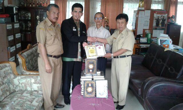 Qatar Charity Indonesia Sumbangkan Al-Qur'an ke SMAN 1 Ampek Angkek