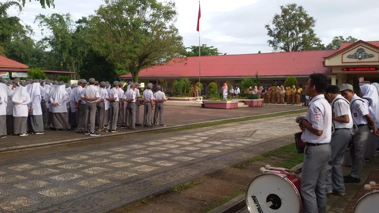Kepala Puskesmas Biaro Bertindak Sebagai Pembina Upacara di SMAN 1 Ampek Angkek