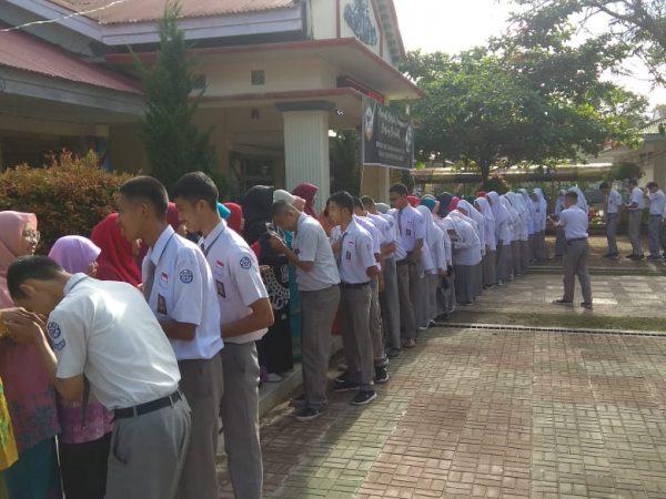 Siswa Kelas XII TP. 2019/2020 minta maaf dan ridho keseluruh Majelis Guru SMAN 1 Ampek Angkek