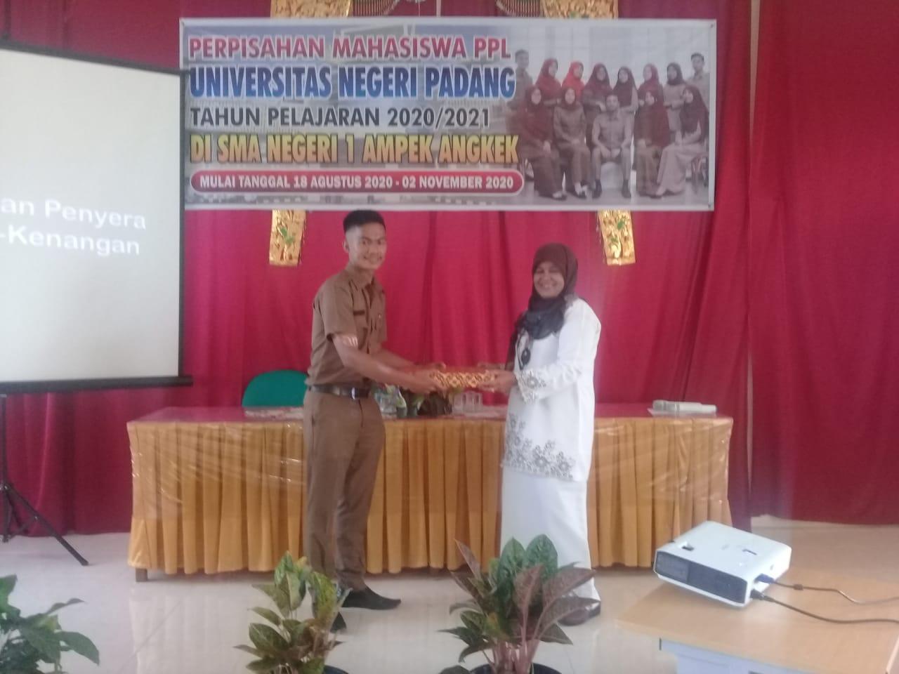 Mahasiswa PPL Universitas Negeri Padang Tahun Ajaran 2020/2021 Melakukan Perpishan ke Majlis Guru SMAN 1 Ampek Angkek