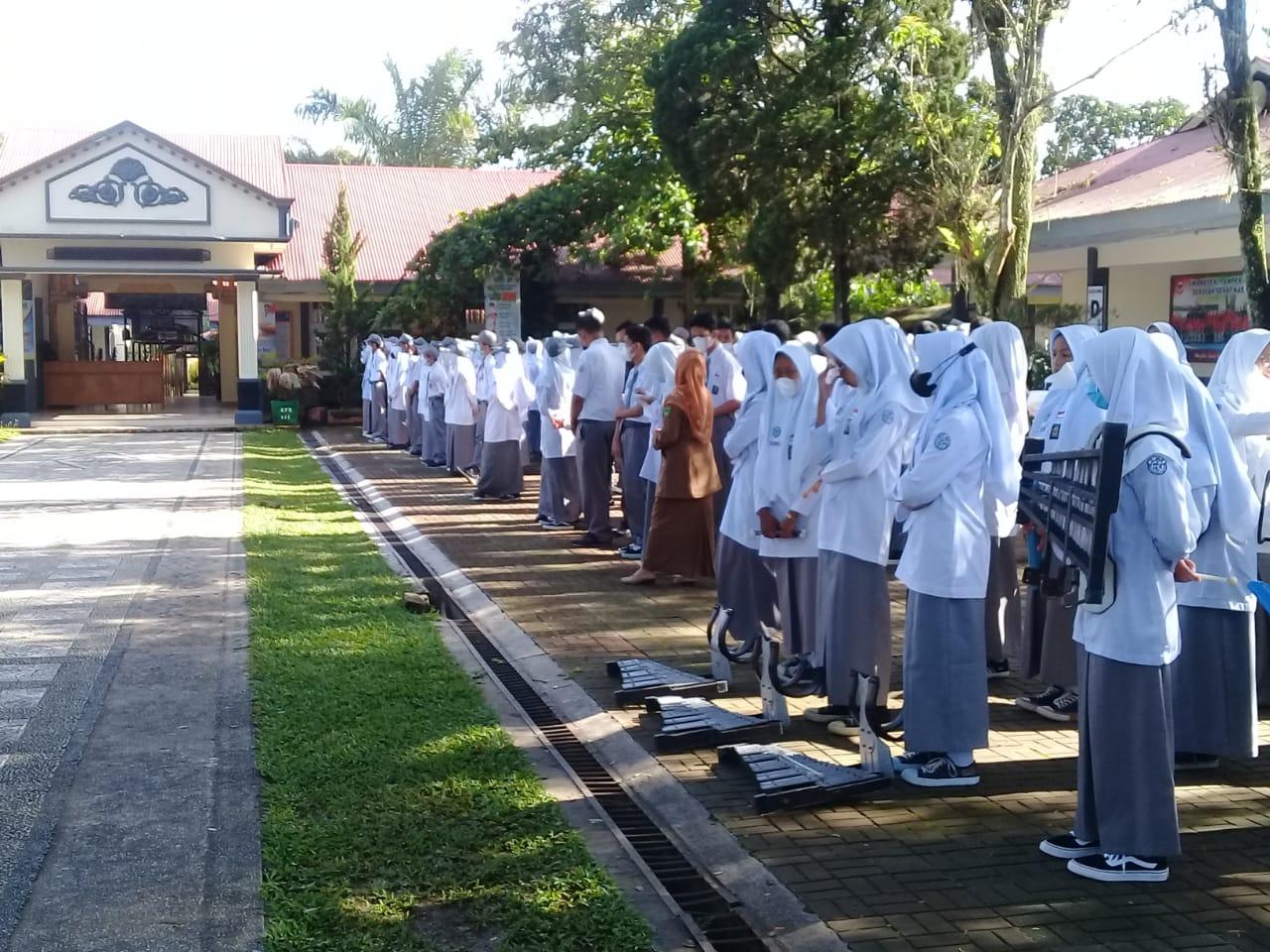 SMAN 1 Ampek Angkek Melaksanakan Upacara Bendera di Awal Bulan Oktober